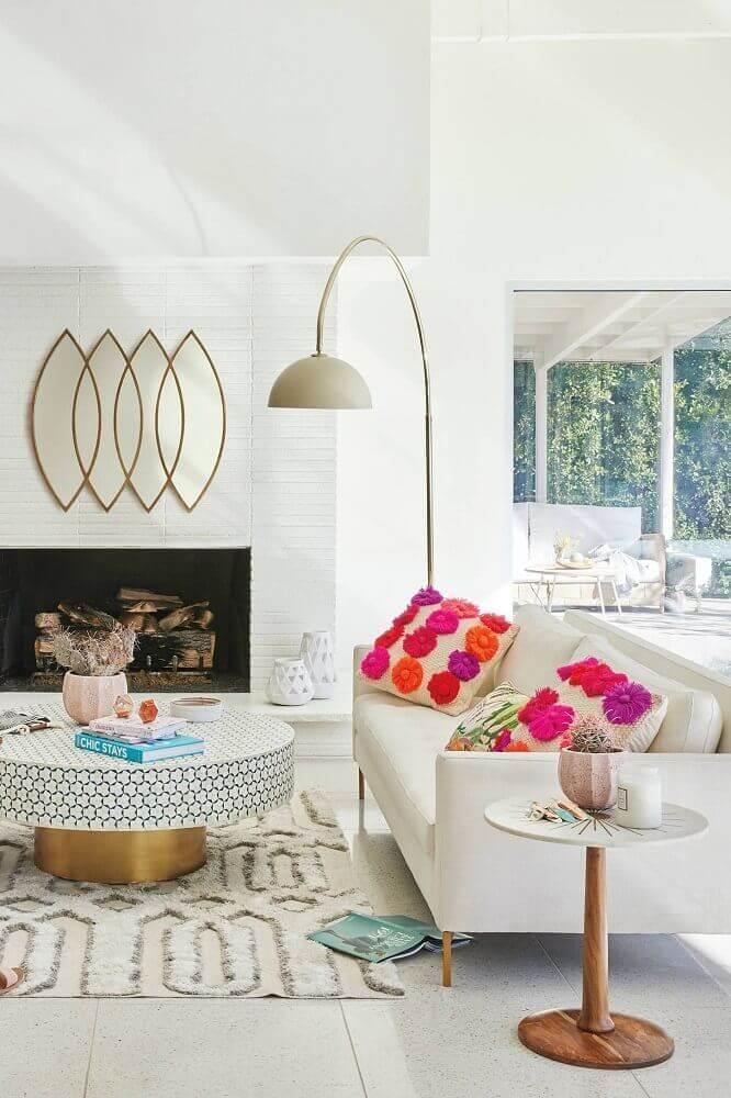 objetos decorativos para sala clean com mesa redonda e lareira Foto Anthropologie