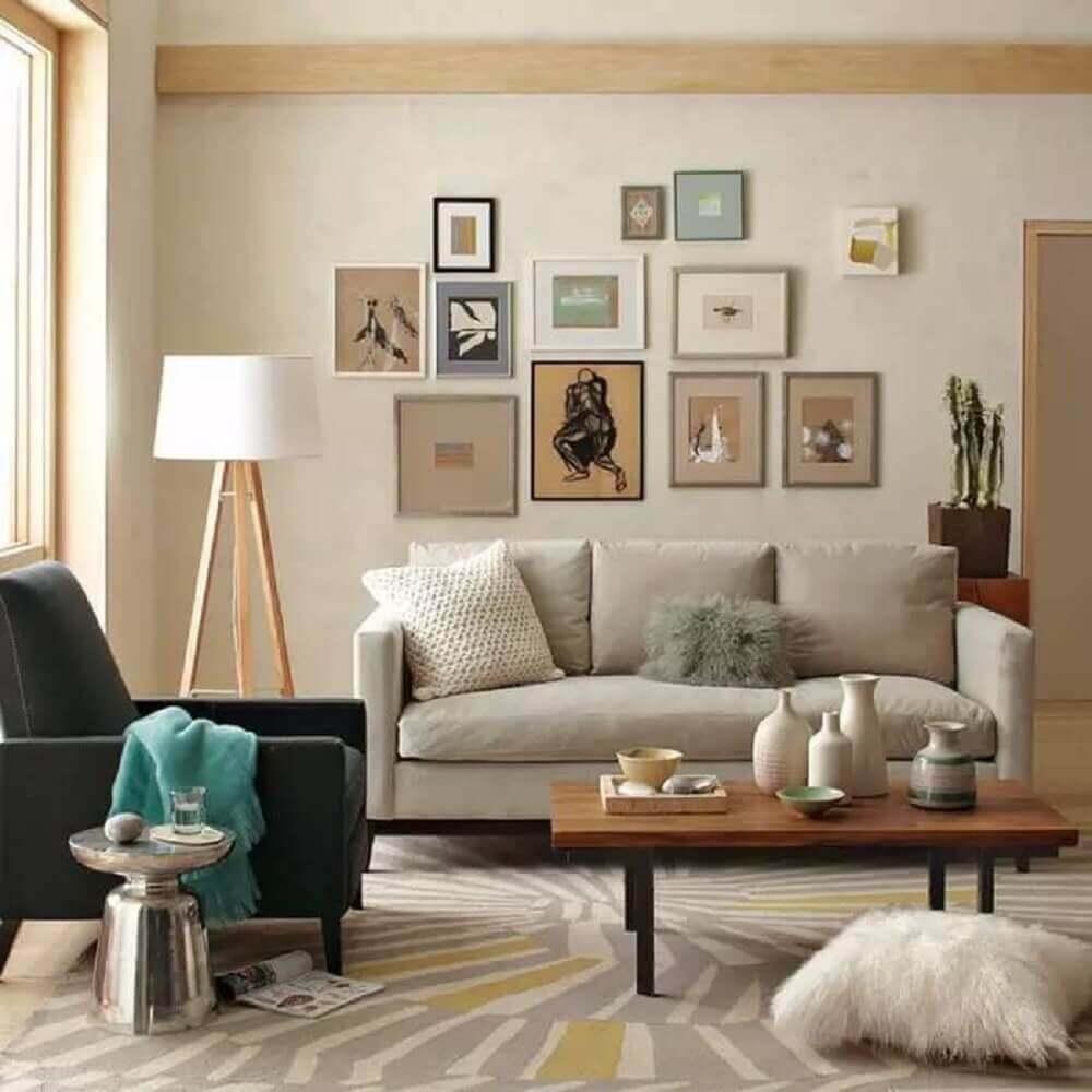 objetos decorativos para sala com muitos quadros na parede e poltrona preta Foto Pinterest