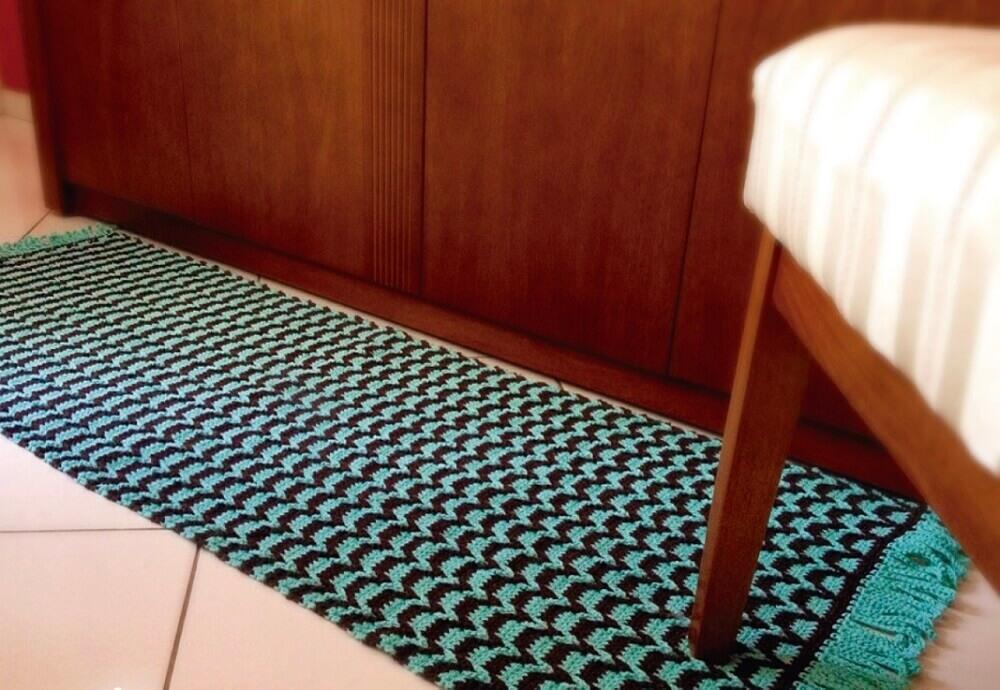 passadeira de crochê com estampa azul e preta Foto Crochê Gráfico