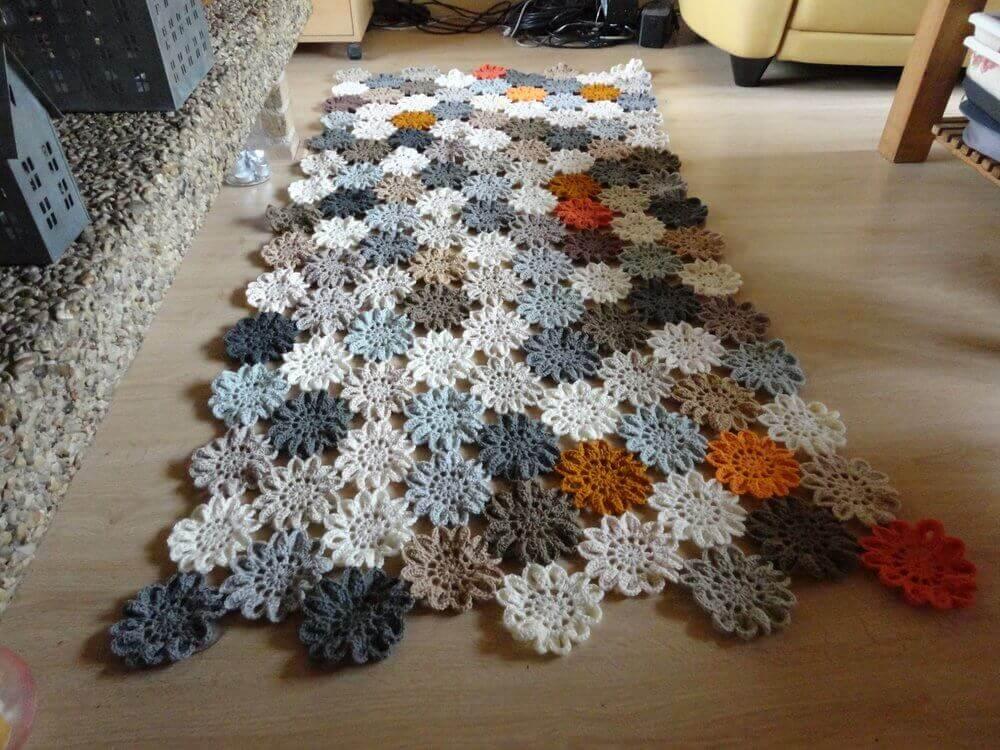 passadeira de crochê feita com pequenas flores de crochê Foto Gardening