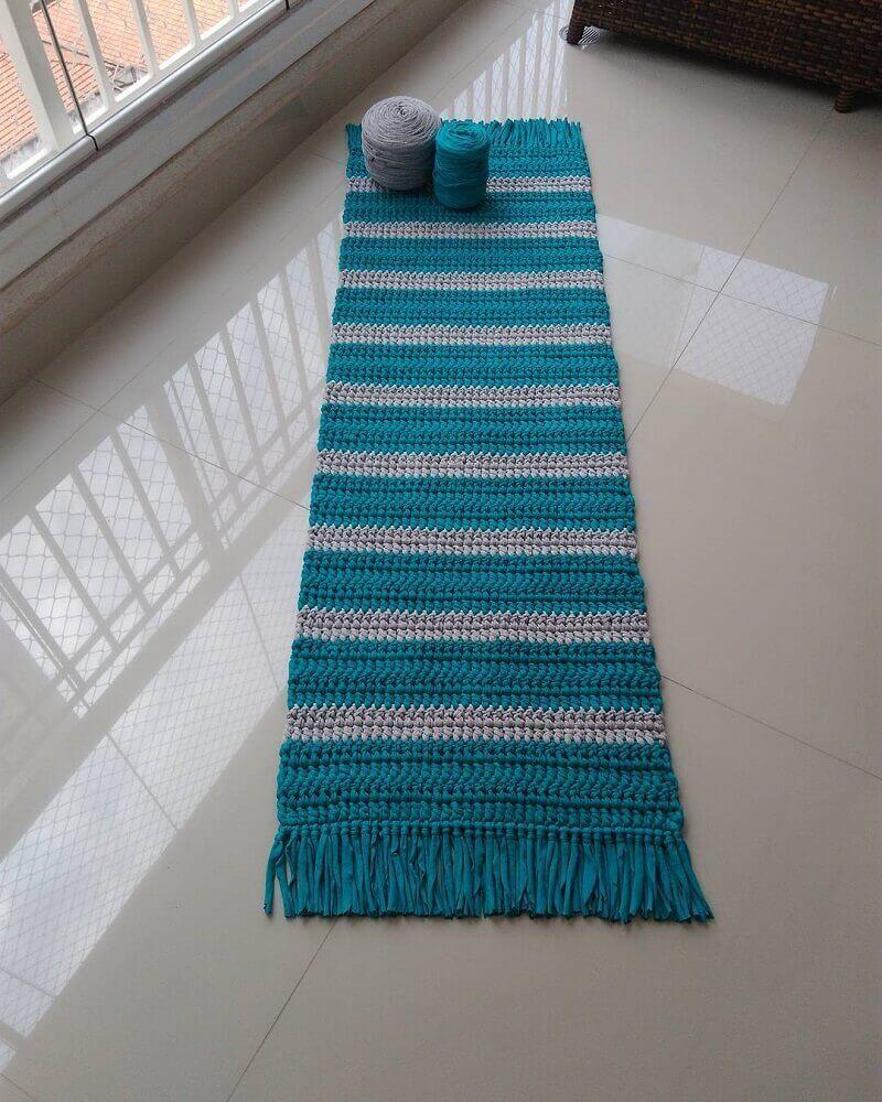 passadeira em crochê listrada de azul e branco com franjas Foto Bianchi Tapetes