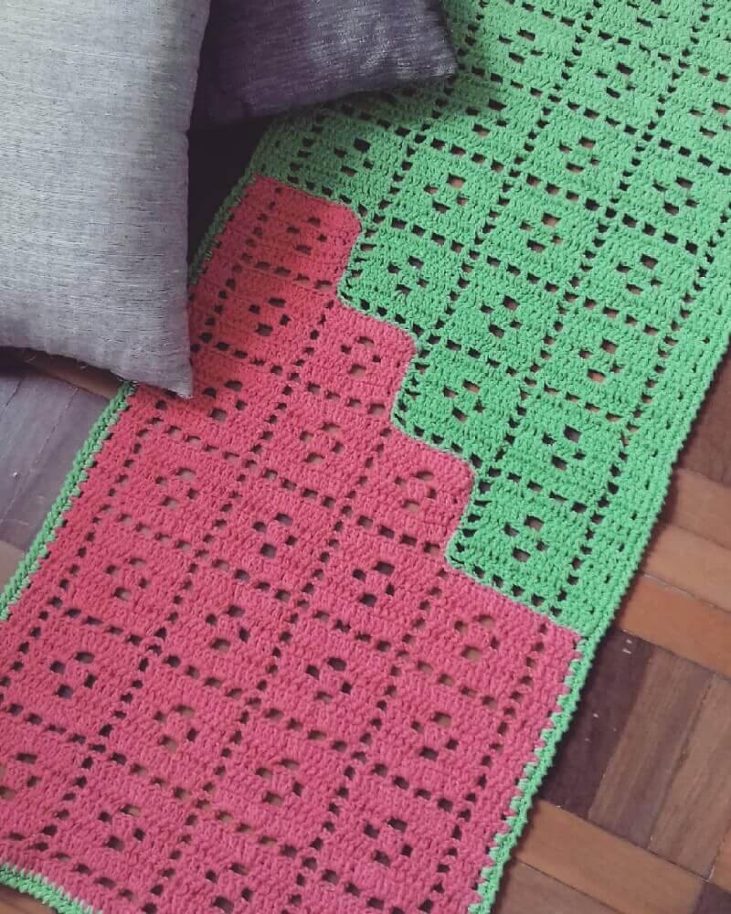 passadeira em crochê verde e vermelha Foto Rose Vianna