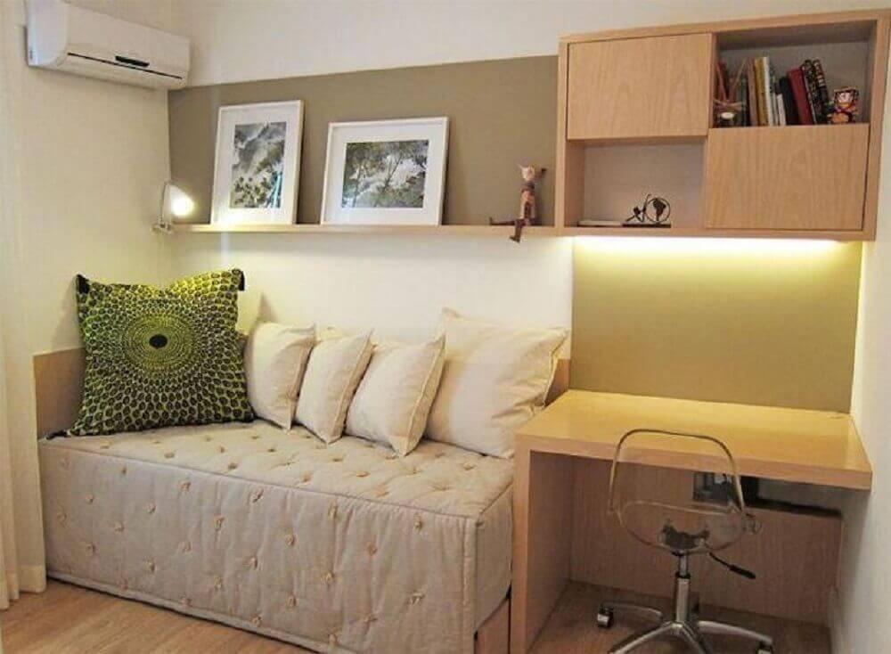 quarto de solteiro planejado com móveis de madeira e cadeira de acrílico transparente Foto Flavia Secioso