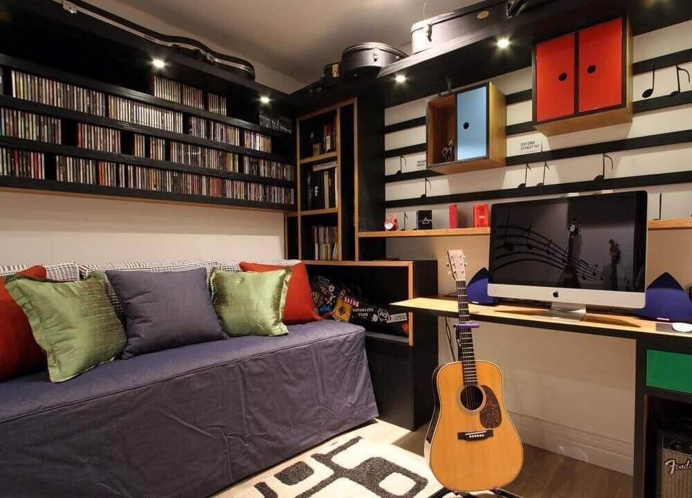 quarto planejado solteiro masculino decorado com adesivos de notas musicais e nichos pretos Foto Fernanda Renner