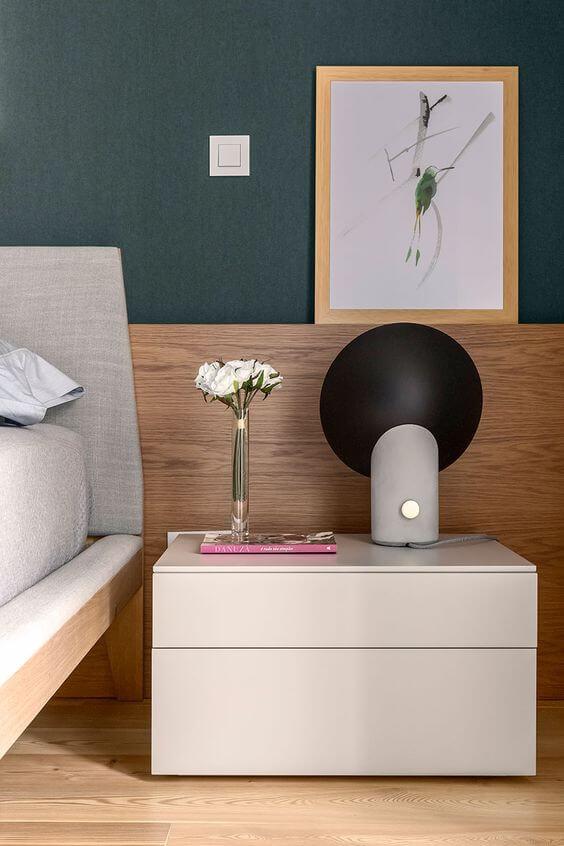 Revestimento para quarto turquesa e madeira nas molduras para quadros