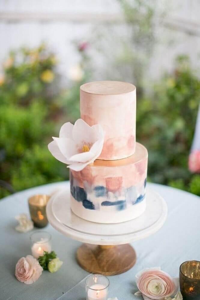 romântico bolo de casamento simples e bonito com detalhes em cor de rosa Foto WeMarry