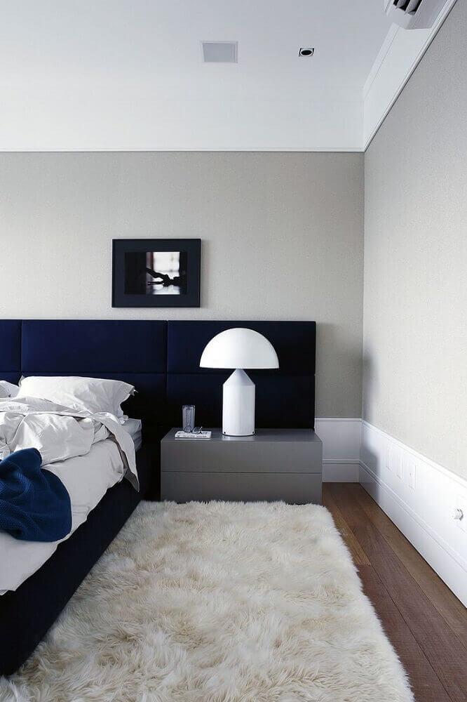 tapete felpudo para quarto de casal com cabeceira estofada azul marinho Foto Archilovers