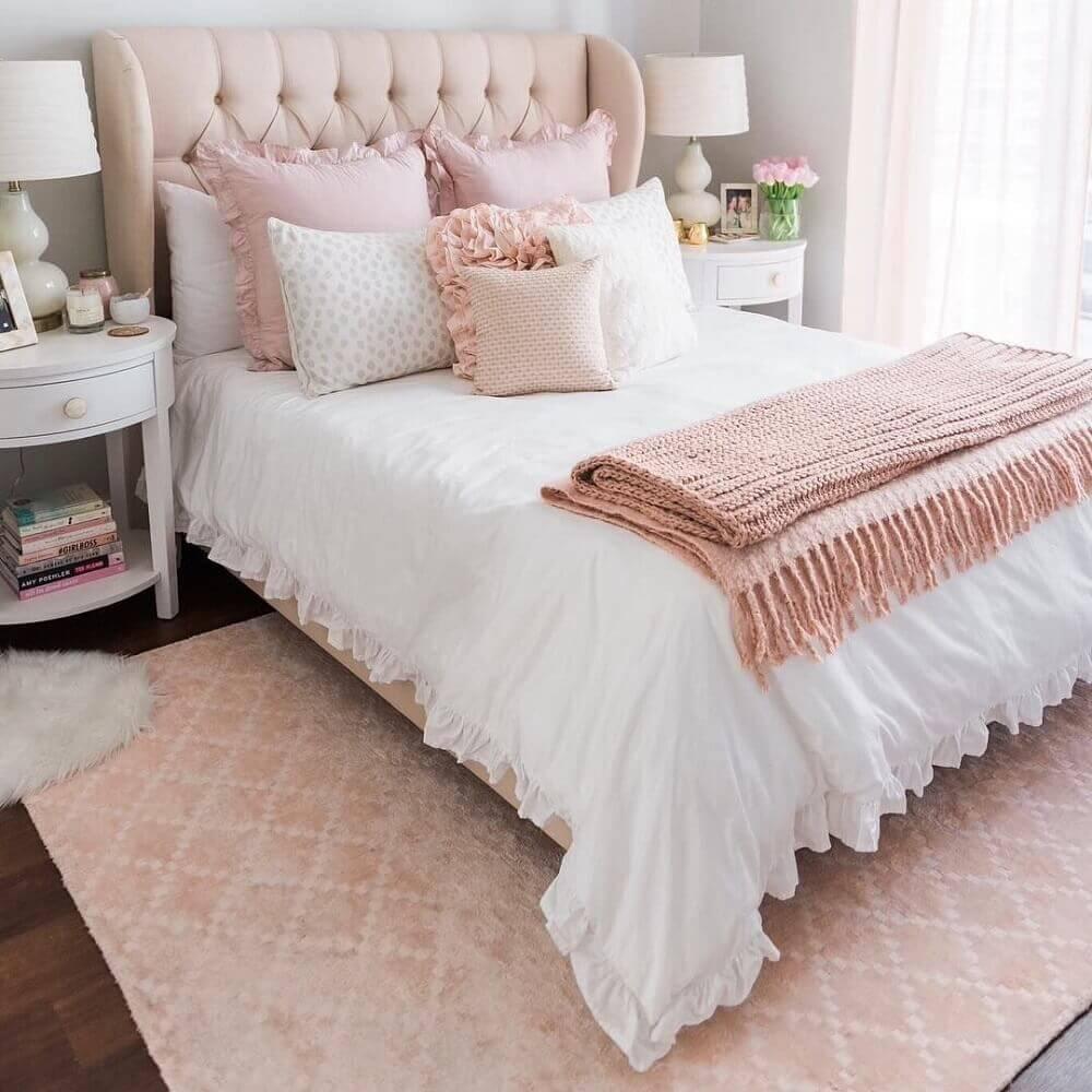 tapete para quarto com decoração romântica e cabeceira capitonê rosa Foto CW Interiors