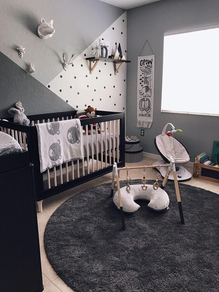 tapete para quarto de bebê decorado com berço preto e parede em tons de cinza Foto HomeDeco