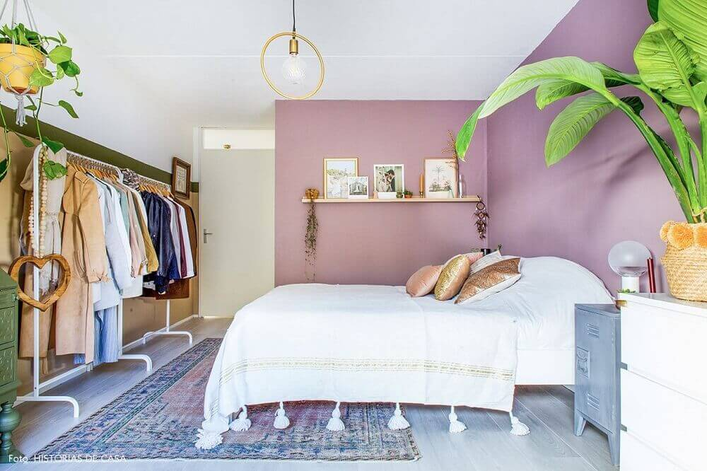 tapete para quarto decorado com vasos de plantas araras de roupas e parede lilás Foto Pinterest