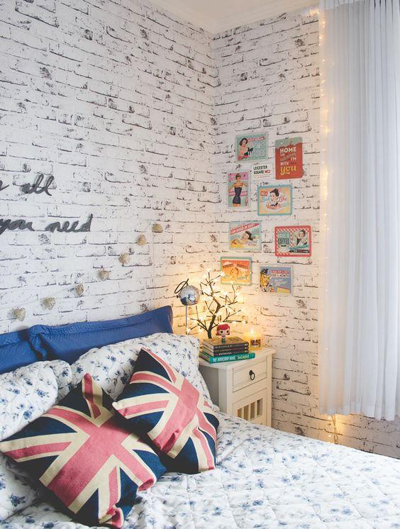 Tijolinho a vista no quarto com molduras para quadros