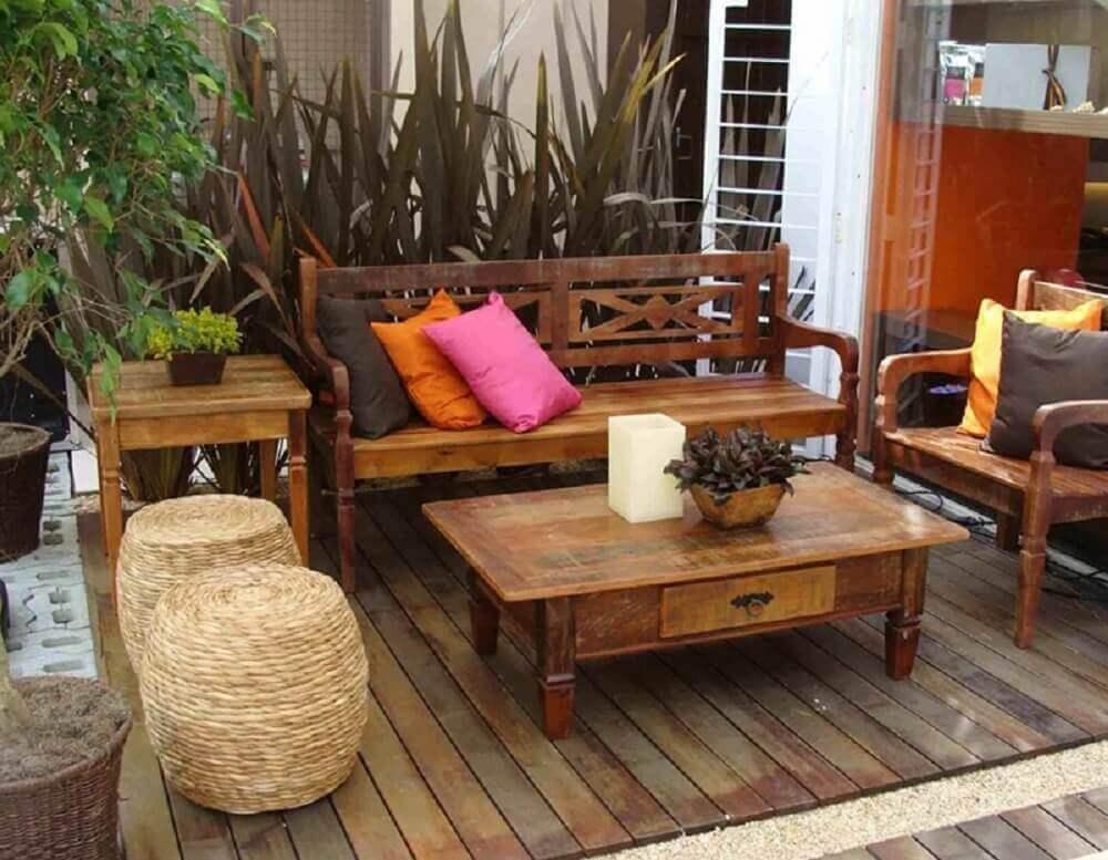 varanda decorada com móveis de demolição