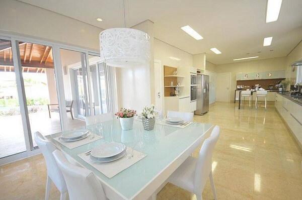 pendente branco deixou a sala de jantar bem clean e elegante