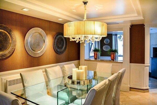 os novos modelos de lustres para sala de jantar estão com uma espécie de cúpula em volta