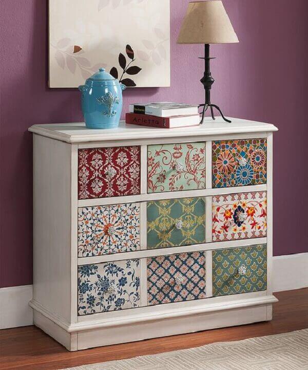A cômoda tem a técnica de pátina branca a aplicação de papel