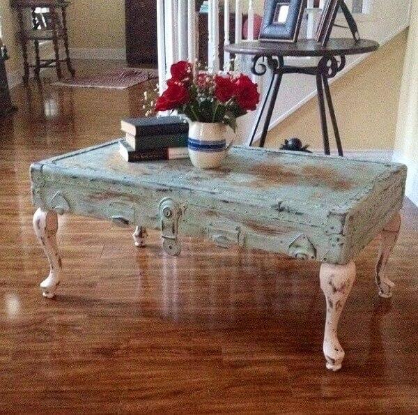 A mesa estilizada tem a técnica de pátina como acabamento