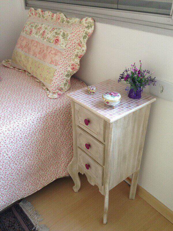 A pátina aplicada em criado mudo