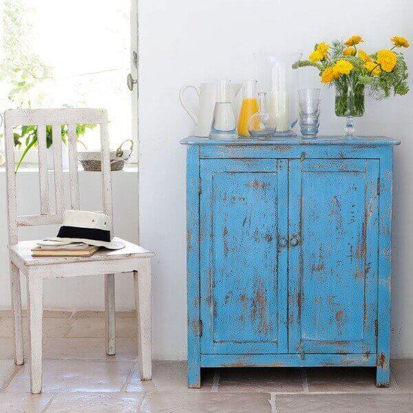 A peça decorativa tem pátina no tom azul