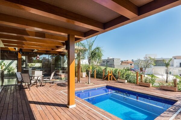A piscina com deck valoriza a casa