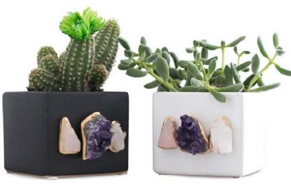 Ametistas, cristais e quartzos colados decoram o vaso de cimento