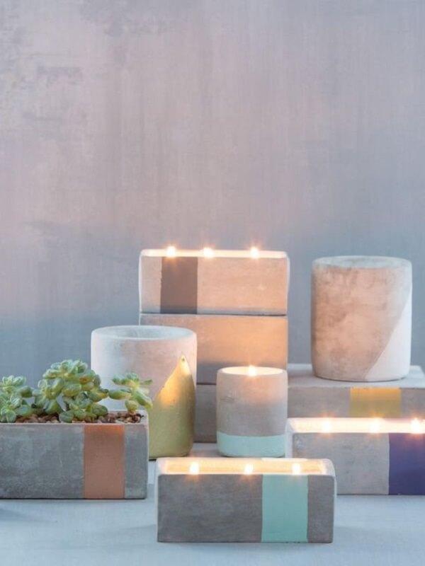 Aproveite a estrutura do vaso de cimento para incluir velas e deixe o ambiente iluminado