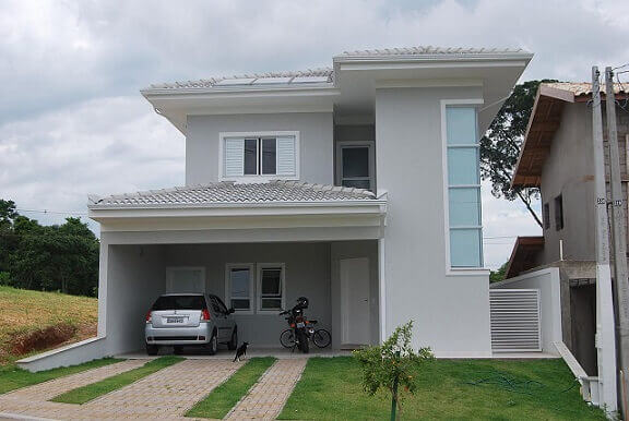 Casa duplex cinza com telhados da mesma cor Projeto de Carla Dadazio