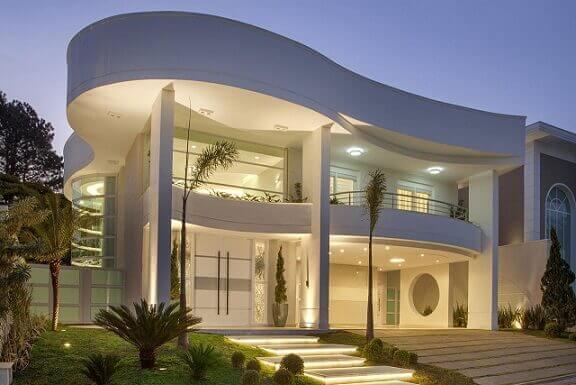 Casa duplex com fachada cheia de curvas Projeto de Aquiles Nicolas Kilaris