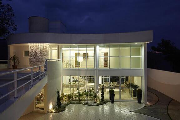 Casa duplex com fachada de vidro com curvas Projeto de Aquiles Nicolas Kilaris