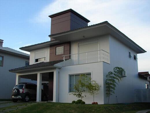 Casa duplex com fachada que mistura creme e marrom Projeto de Tuizer Hoff
