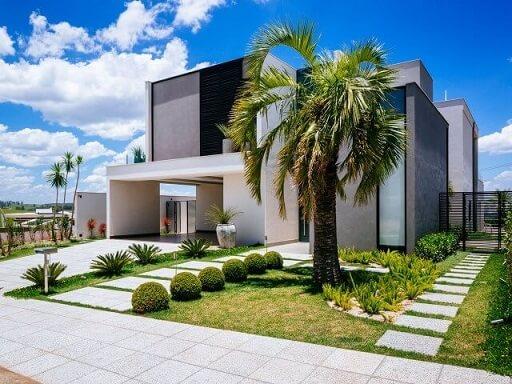 Casa duplex com jardim frontal com palmeira Projeto de Gardenlight Paisagismo
