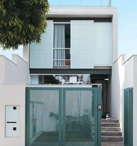 Casa duplex com portão verde Foto de MMP Movelaria