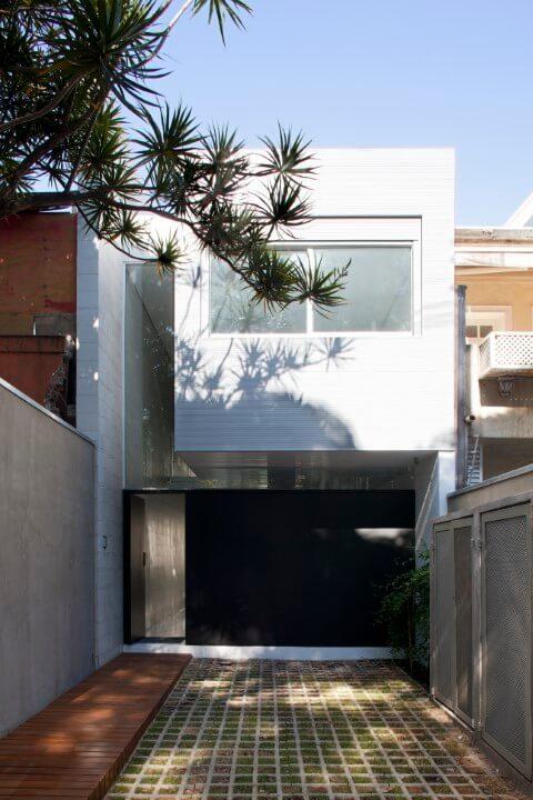 Casa duplex estreita com fachada moderna branca Foto de Archilovers
