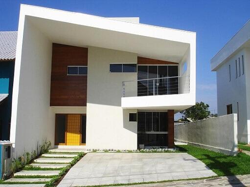 Casa duplex moderna branca com garagem descoberta Projeto de Brasil Rodrigues