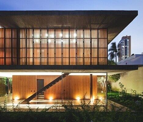 Casa duplex moderna com fachada em vidro Projeto de Studio MK27