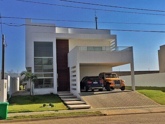 Casa duplex pequena com elementos vazados na fachada Projeto de Larissa Gesteira
