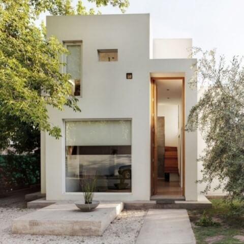 Casa duplex pequena com visual moderno e jardim de pedras na frente Foto de Ultra Linx