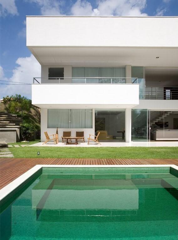 Casa moderna com piscina com deck e pastilhas verdes Projeto de SQ+ Arquitetos