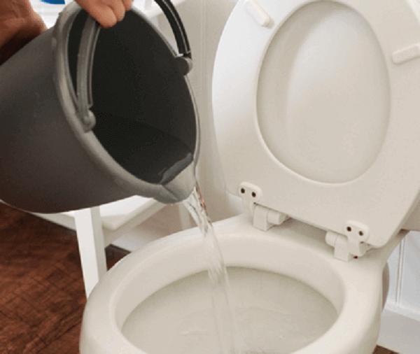Como desentupir vaso com bacia