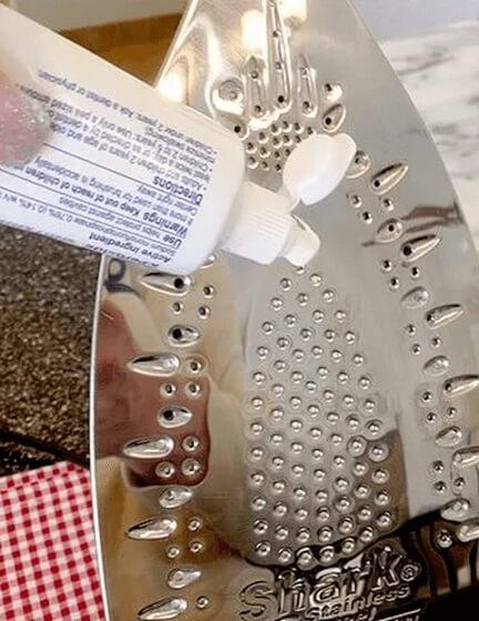 Como limpar ferro de passar com pasta de dente Foto de Pinterest