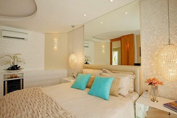 Cor palha decora com estilo o quarto de casal