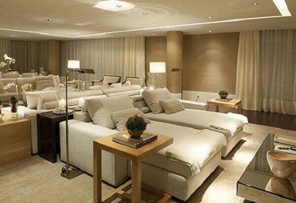 Cor palha e sala de estar grande