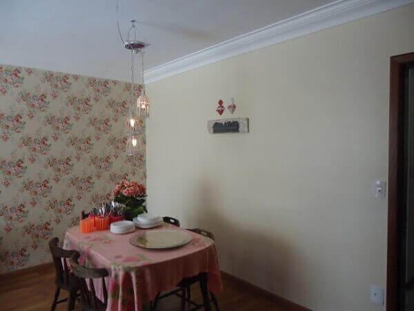 Cor palha em parede sala de jantar