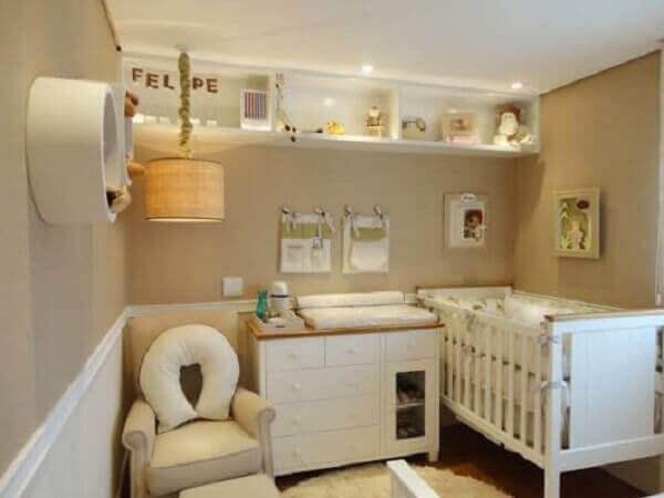 Cor palha em quarto de bebê pequeno