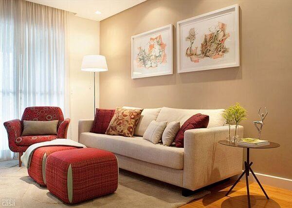 Cor palha na decoração de sala pequena e simples