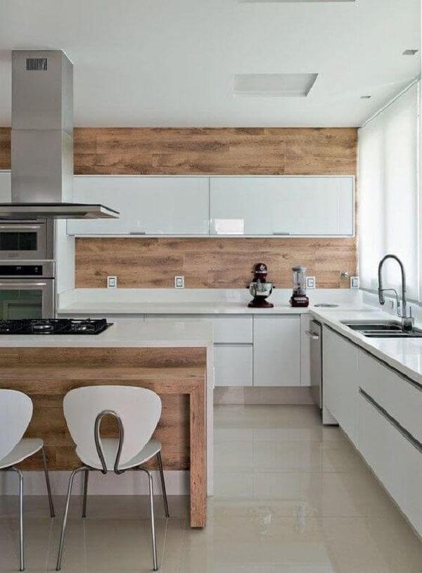 Cozinha clean com porcelanato bege e armários brancos
