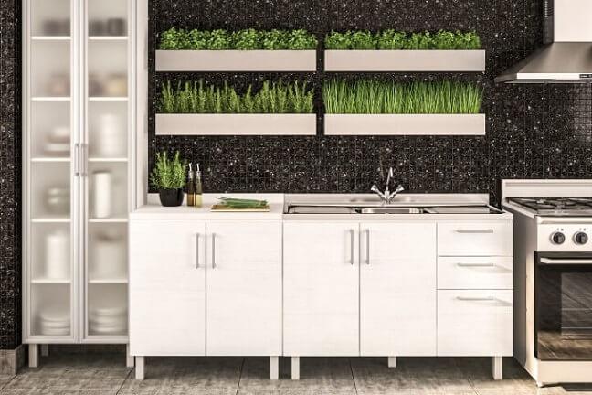 Cozinha com horta vertical em cima da pia Foto de Móveis Politorno