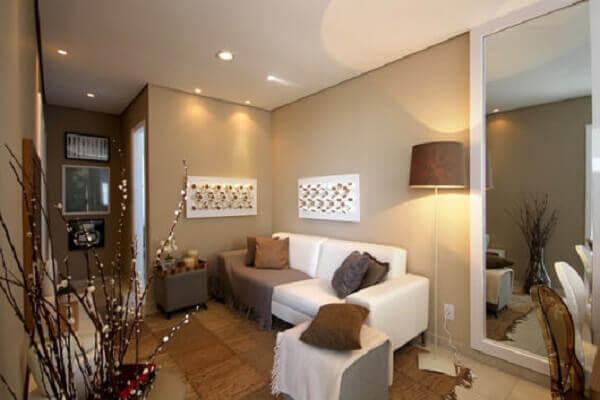 Decoração de sala de estar bege e branca