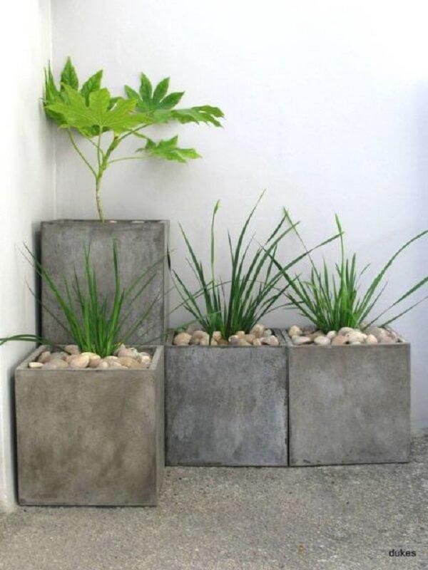Decore a sua área externa com vasos de cimento