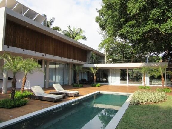Jardim com piscina com deck Projeto de Anna Paula Villela Puyneers