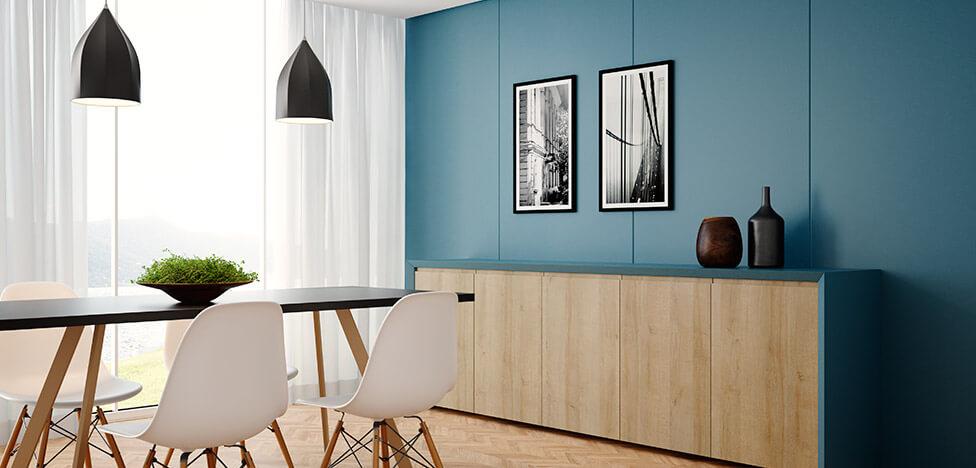 Móveis de madeira na sala com parede azul Foto de Duratex Madeira